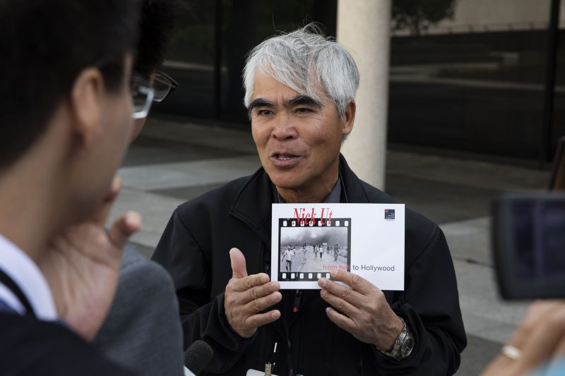 Nick Ut holds a copy of his prize-winning Vietnam War photo. Credit: Flickr / LBJ Library photo by David Hume Kennerly (Public Domain)