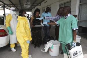 FILE PHOTO: A health worker sprays a colleague with disinfectant during a training session for Congolese health workers to deal with Ebola virus in Kinshasa October 21, 2014. Credit: Reuters/Media Coulibaly