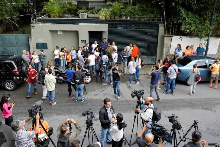 People and journalists gather at the entrance of the house of Venezuela's opposition leader Leopoldo Lopez, who has been granted house arrest after more than three years in jail, in Caracas, Venezuela July 8, 2017. Credit: Reuters/Andres Martinez Casares