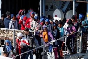FILE PHOTO: Migrants wait to disembark from German vessel FGS Rhein in the Sicilian harbour of Catania, Italy. April 17, 2017. Credit: Reuters/Antonio Parrinello/File Photo
