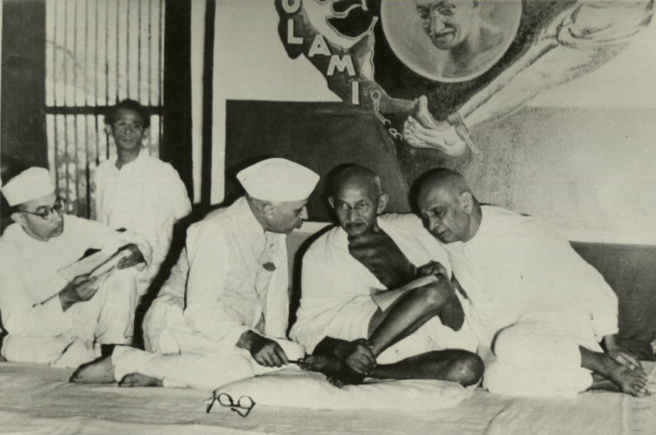 Mahatma Gandhi with Jawaharlal Nehru (L) and Sardar Vallabhai Patel. Credit: Wikimedia Commons