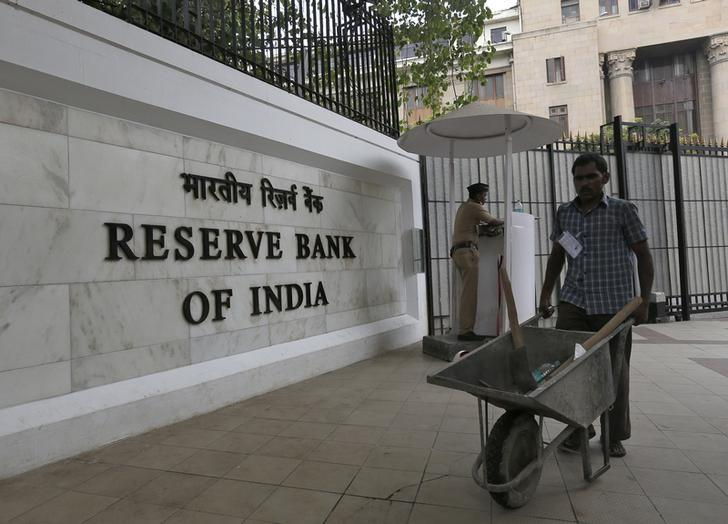 A worker pushes a wheelbarrow inside the Reserve Bank of India (RBI) head office in Mumbai, India, April 5, 2016. Credit: Reuters/Danish Siddiqui/File Photo