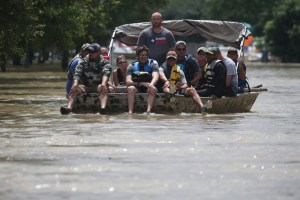 A rescue boat evacuates people from the rising water of Buffalo Bayou following tropical storm Harvey in a neighborhood west of Houston, Texas, U.S., August 30, 2017. Credit:Reuters