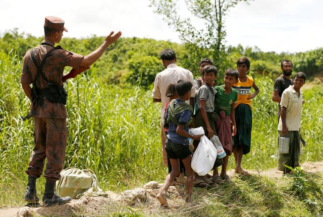 Members of Border Guard Bangladesh (BGB) stops Rohingya people who are trying to enter Bangladesh in Cox's Bazar, Bangladesh, August 27, 2017. Credit:Reuters