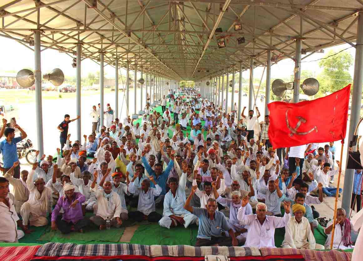 Farmers protesting at the Krishi Upaj Mandi, Sikar. Credit: Shruti Jain
