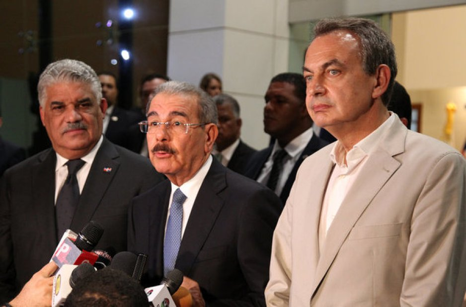 The Chancellor of the Dominican Republic Miguel Vargas (L), the President of Dominican Republic Danilo Medina (C) and Former Spanish Prime Minister Jose Luis Rodriguez Zapatero (R) talk to the media, after participating in a meeting to resume brokered talks between Venezuelan government's and the opposition in Santo Domingo, Dominican Republic September 13, 2017. Credit: Reuters