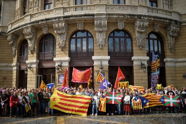 Protesters carry Esteladas, Catalan separatist flags and Basque flags, during a rally in favour of a referendum on independence from Spain for the autonomous community of Catalonia, in the Basque city of Bilbao, Spain September 9, 2017. Credit: Reuters