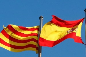A Catalan and a Spanish flags are seen at Sant Jaume square in Barcelona, Spain, October 26, 2017. Credit: Reuters/Yves Herman