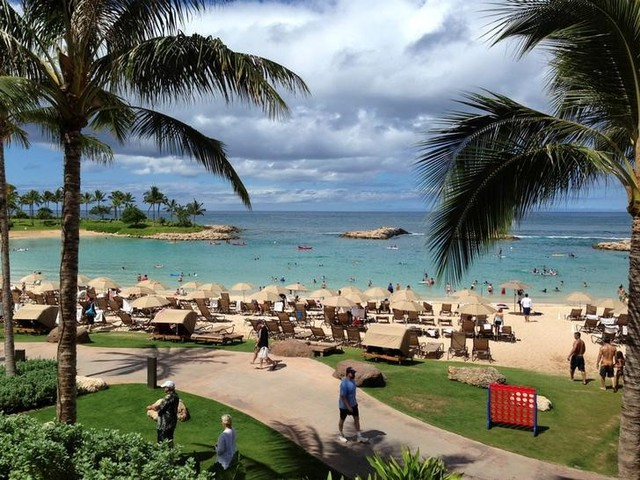FILE PHOTO: Tourists and locals play on Ko'Olina beach on the island of Oahu, Hawaii, July, 29, 2013. Credit: Reuters/Hugh Gentry/File Photo