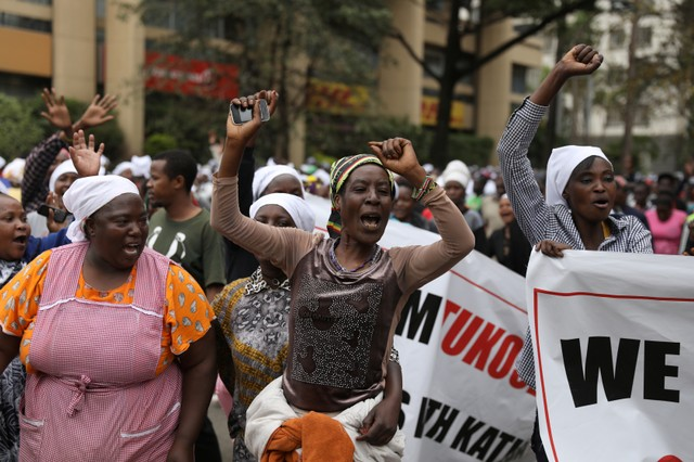 Women who are part of a peace group celebrate outside the Supreme Court in Nairobi, Kenya, October 25, 2017. Credit: Reuters/Siegfried Modola