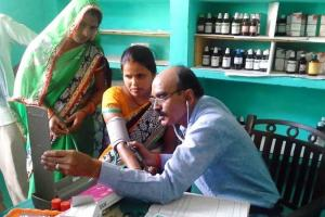 A doctor attends to patients at Gaon Dawakhana, the community-owned village clinic that runs on family subscriptions. Credit: Lokpriya Janhit Sewa Sansthan.