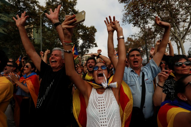People celebrate after the Catalan regional parliament declares the independence from Spain in Barcelona, Spain, October 27, 2017. Credit: Reuters