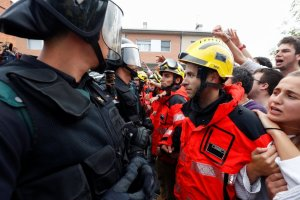 Firemen and people face off Spanish Civil Guard officers outside a polling station for the banned independence referendum in Sant Julia de Ramis, Spain, October 1, 2017. Credit: Reuters/Juan Medina