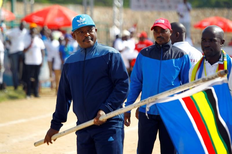 Burundian President Pierre Nkurunziza waves a flag during the Bujumbura 2017 Peace Run at The Prince Louis Rwagasore Stadium in the capital Bujumbura, Burundi May 27, 2017. Credit: Reuters