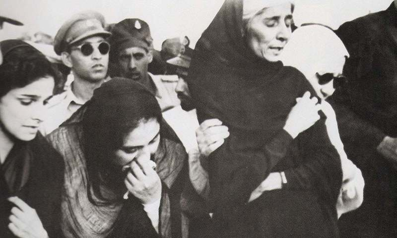 Dina Wadia, on the far left, at her father's funeral in 1948. Fatima Jinnah is the older woman with a black shawl.