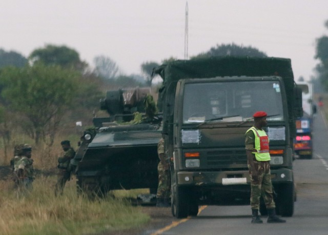 Soldiers stand beside military vehicles just outside Harare, Zimbabwe November 14, 2017. Credit: Reuters/Philimon Bulawayo