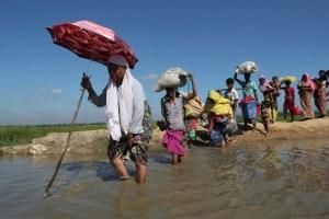 Rohingya refugees walk towards a refugee camp after crossing the border in Anjuman Para near Cox's Bazar, Bangladesh, November 19, 2017. Credit: Reuters/Mohammad Ponir Hossain