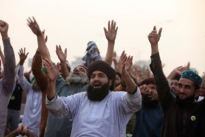 Members of the Tehreek-e-Labaik Pakistan, an Islamist political party, shout slogans as they raise their hands during a sit-in in Rawalpindi, Pakistan November 13, 2017. Picture taken November 13, 2017. Credit: Reuters/Faisal Mahmood