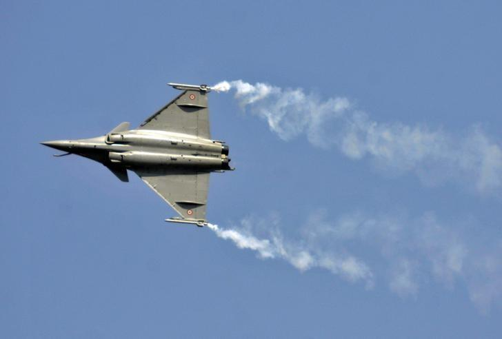 A Rafale fighter jet performs during the Aero India air show at Yelahanka air base in Bengaluru February 18, 2015. Credit: Reuters/Abhishek N. Chinnappa/Files