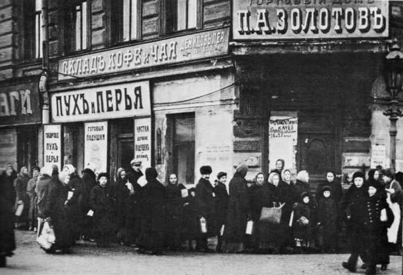 Breadline in Petrograd in early 1917. Credit: Wikimedia Commons