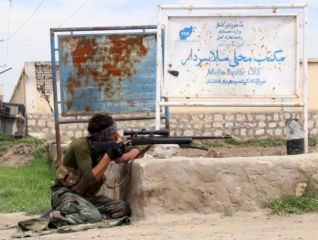 A member of Afghan security force takes his position during a battle with the Taliban on the outskirts of Kunduz province, Afghanistan, April 16, 2016. Credit: Reuters/Stringer/Files