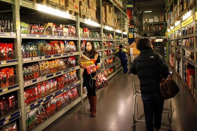 Customers shop at a supermarket in Shanghai March 8, 2013. Credit: Reuters/Aly Song/File Photo