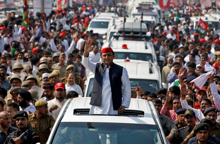 FILE PHOTO - Akhilesh Yadav, Chief Minister of the northern state of Uttar Pradesh and the son of Samajwadi Party (SP) chief Mulayam Singh Yadav, waves at his supporters during a Rath Yatra, or a chariot journey, as part of an election campaign in Lucknow, India November 3, 2016. REUTERS/Pawan Kumar/File Photo