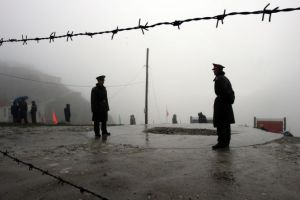 Chinese soldiers guard the Nathu La mountain pass, between Tibet and the tiny northeastern Indian state of Sikkim, July 6, 2006. Asian giants India and China opened a Himalayan pass to border trade on Thursday, 44 years after a brutal frontier war shut down the ancient route. REUTERS/Desmond Boylan (INDIA) - RTR1F8F4