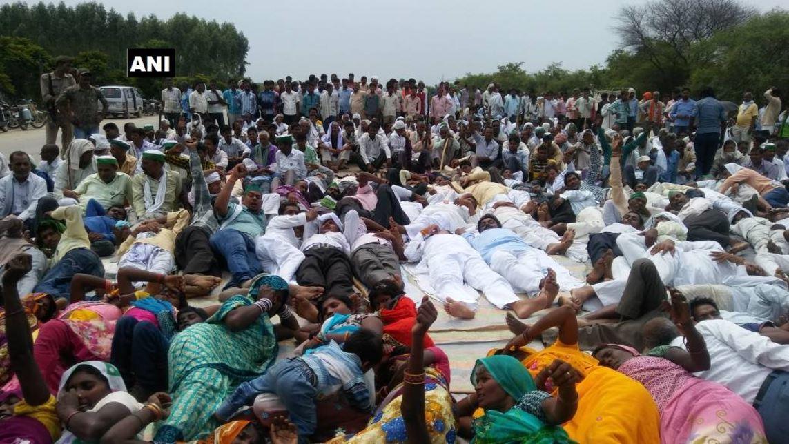सरकार के योगासन के विरोध में किसानों का 'शवासन'