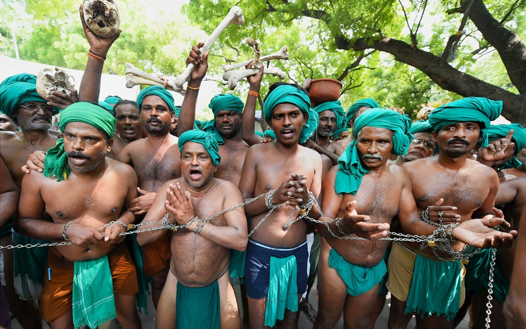 RPT--New Delhi: Tamil farmers during their protest with skulls and bones for loan waiver and drought-relief package, at Jantar Mantar in New Delhi on Tuesday. Tamil farmers had grabbed eyeballs with their unique protests, earlier this year too. PTI Photo by Shahbaz Khan(PTI7_18_2017_000082A)