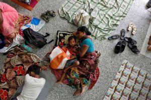 गोरखपुर मेडिकल कॉलेज में भर्ती मरीज़ों के परिजन. (फाइल फोटो: रॉयटर्स)