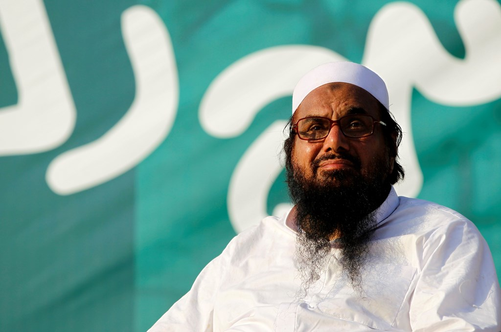 "Hafiz Muhammad Saeed, chief of the banned Islamic charity Jamat-ud-Dawa, looks over the crowed as they end a ""Kashmir Caravan"" from Lahore with a protest in Islamabad, Pakistan July 20, 2016. REUTERS/Caren Firouz"