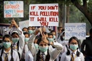 15 नवंबर 2017 को बढ़ते प्रदूषण के ख़िलाफ़ स्कूली बच्चों ने मार्च निकाला था. (फोटो: पीटीआई )