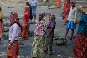 Village women work at a dry pond under the Mahatma Gandhi National Rural Employment Guarantee Act (MNREGA) in a village on the outskirts of Kolkata, 11 February 2014. (Photo: Reuters)