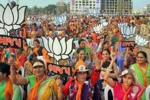गुजरात में हुई एक चुनावी रैली में भाजपा समर्थक (फोटो: पीटीआई)