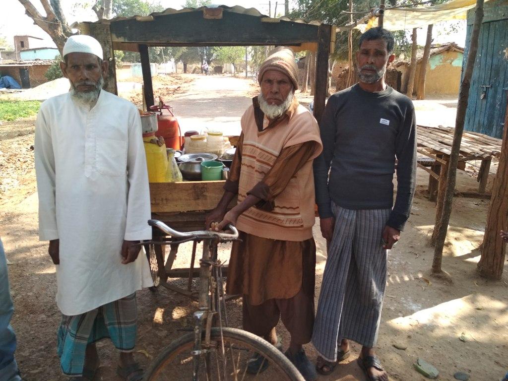 रांची ज़िले के एडचोरो गांव के मोहम्मद अंसारी, मोहम्मद शोएब और अन्य लोगों का कहना है कि सरकारी अनाज लेने में बहुत झमेला है. (फोटो: नीरज सिन्हा)
