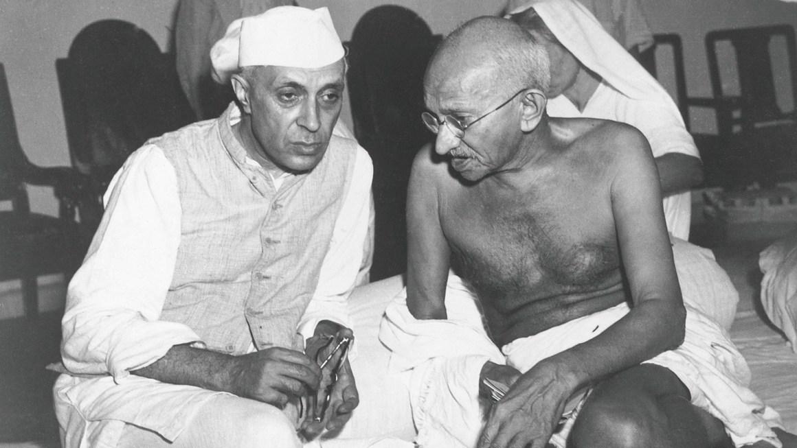 महात्मा गांधी के साथ जवाहर लाल नेहरू. (फोटो साभार: www.desktopwallpaper.us)