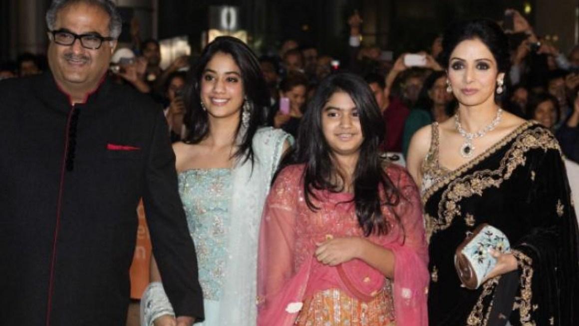 अभिनेत्री श्रीदेवी पति बोनी कपूर और बेटी जाह्नवी और ख़ुशी के साथ. (फाइल फोटो: रॉयटर्स)