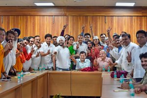 New Delhi: Delhi CM Arvind Kejriwal and Deputy CM Manish Sisodia with MLAs celebrating the judgment of Delhi High Court at Kejriwal's residence in New Delhi, on Friday. PTI Photo by Ravi Choudhary (PTI3_23_2018_000213B)