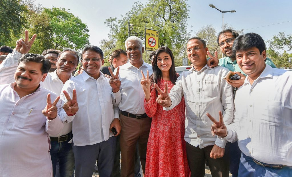 RPT WITH BYLINE....New Delhi: Aam Aadmi Party MLAs Madan Lal Khufiya, Shivcharan Goel, Vijender Garg, Sharad Kumar Chauhan and others celebrate after Delhi High Court restored the membership of 20 AAP MLAs in the office of profit case, at Delhi High Court in New Delhi on Friday. PTI Photo by Vijay Verma (PTI3_23_2018_000113B)