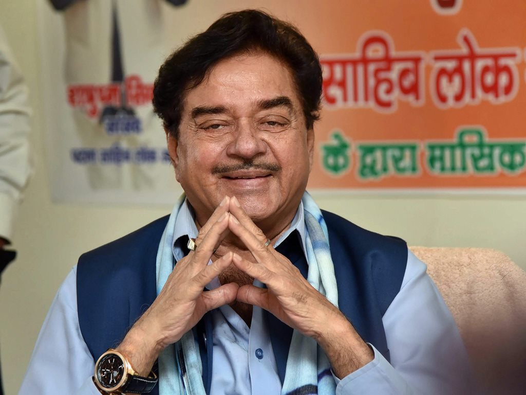 Patna: BJP MP Shatrughan Sinha gestures during a meeting with constituency workers in Patna on Thursday. PTI Photo (PTI2_8_2018_000178B)