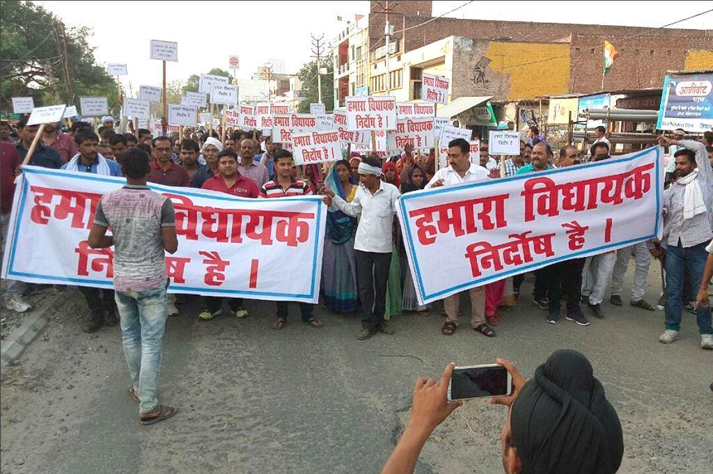 उन्नाव में रेप आरोपी विधायक कुलदीप सेंगर के समर्थन में शांति मार्च