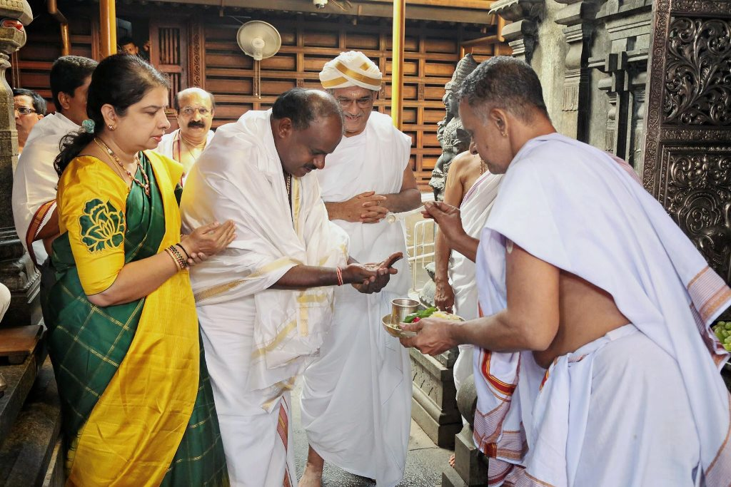 Dharmasthala: JD(S) leader and Karnataka chief minister-designate H D Kumaraswamy visits Manjunatha Swamy temple, ahead of the swearing-in ceremony, at Kshetra Dharmasthala in Dharmasthala, Karnataka, on Tuesday. (PTI Photo) (PTI5_22_2018_000055B)
