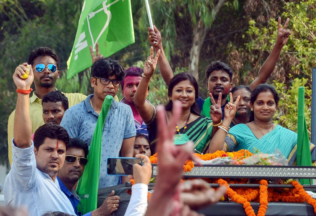 Ranchi: Jharkhand Mukti Morcha (JMM) candidate Seema Mahato with her supporters flashes a victory sign during the victory procession after winning the Silli constituency seat, in Ranchi on Thursday, May 31, 2018. (PTI Photo)(PTI5_31_2018_000156B)