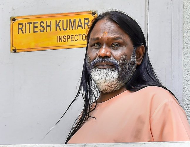New Delhi: Daati Maharaj at Crime Branch office in Chanakyapuri, in connection with the rape case of a 25-year old woman, in New Delhi on Friday, June 22, 2018.(PTI Photo /Kamal Singh) (PTI6_22_2018_000029B)