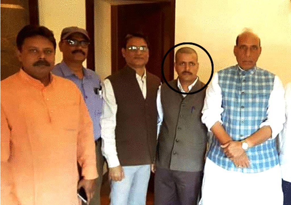 डॉ. आदित्य कुमार सिंह के ट्विटर प्रोफाइल पर पहली तस्वीर में वह गृहमंत्री राजनाथ सिंह के साथ नज़र आ रहे हैं.