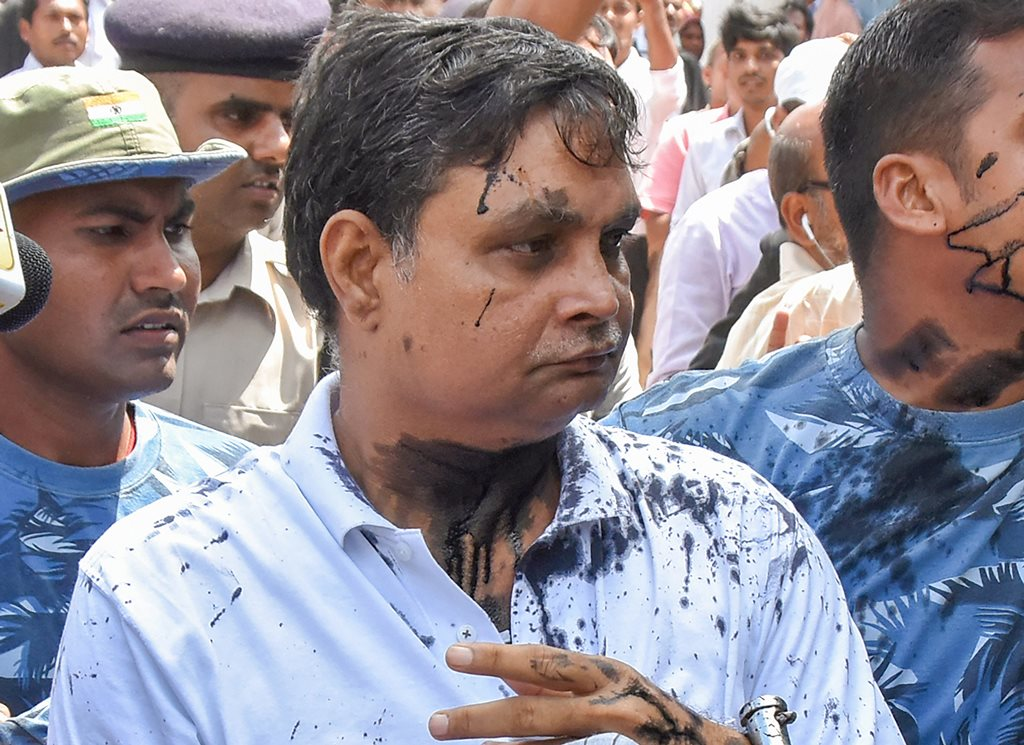 Muzaffarpur: Main accused in the Muzaffarpur shelter home case Brajesh Thakur, after a woman allegedly threw ink on his face while he was being taken to a special POCSO court, in Muzaffarpur on Wednesday, Aug 8, 2018. (PTI Photo) (PTI8_8_2018_000219B)