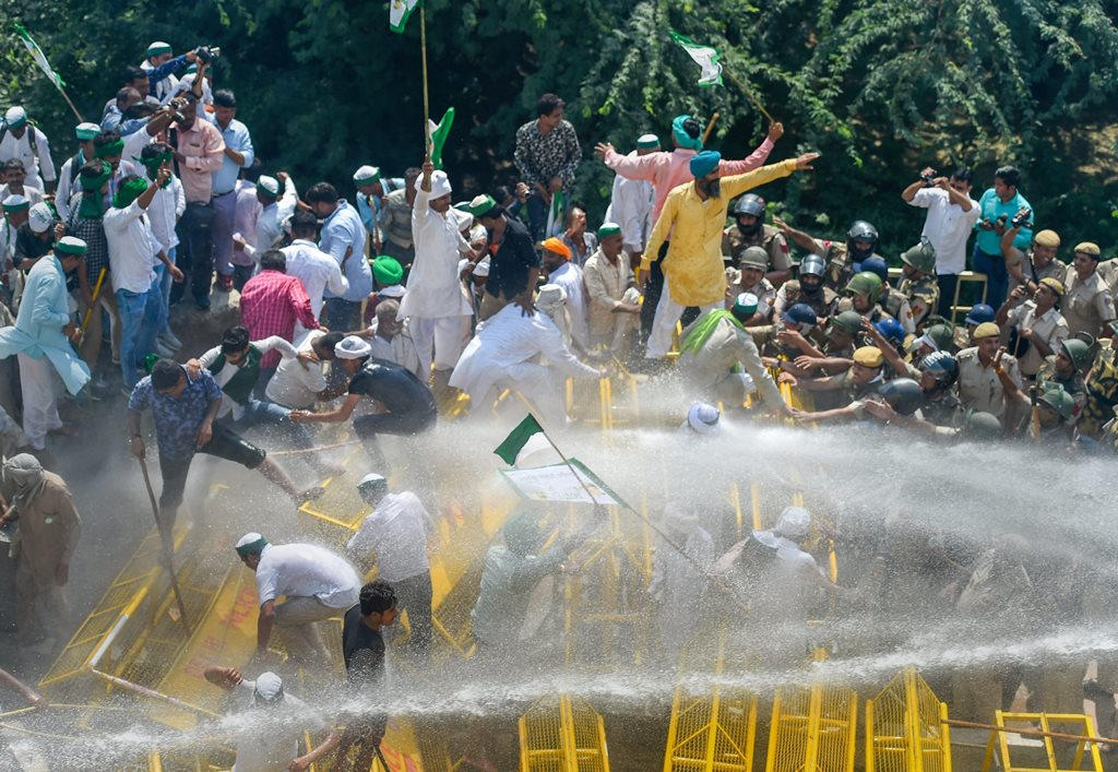 New Delhi: Police use water cannons to disperse farmers protesting at Delhi-UP border during 'Kisan Kranti Padyatra' in New Delhi on Tuesday, Oct 2, 2018. (PTI Photo/Ravi Choudhary)(PTI10_2_2018_000101B)