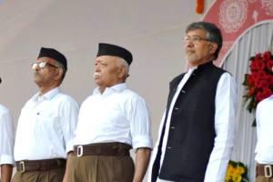 दशहरा के अवसर पर नागपुर में संघ मुख्यालय पर गुरुवार को हुए सालाना कार्यक्रम में संघ प्रमुख मोहन भागवत के साथ नोबेल पुरस्कार विजेता कैलाश सत्यार्थी. (फोटो साभार: फेसबुक/@RSSOrg)