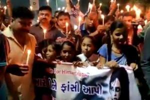गुजरात के साबरकांठा ज़िले में 14 महीने की मासूम से बलात्कार के ख़िलाफ़ लोगों ने कैंडल लाइट मार्च निकाला.